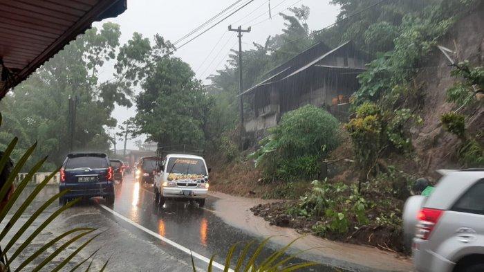 Longsor di ruas Jalan Tinoor, Minggu (16/5/2021).