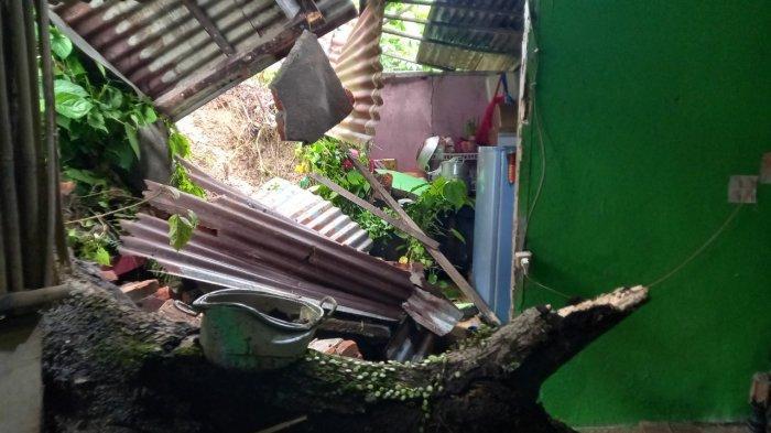 Longsor terjadi saat hujan deras melanda Kota Manado , Sulawesi Utara Jumat (16/7/2021) .