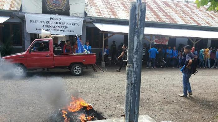 BREAKING NEWS: Protes! Mahasiswa UDK Bakar Ban di Halaman Kampus