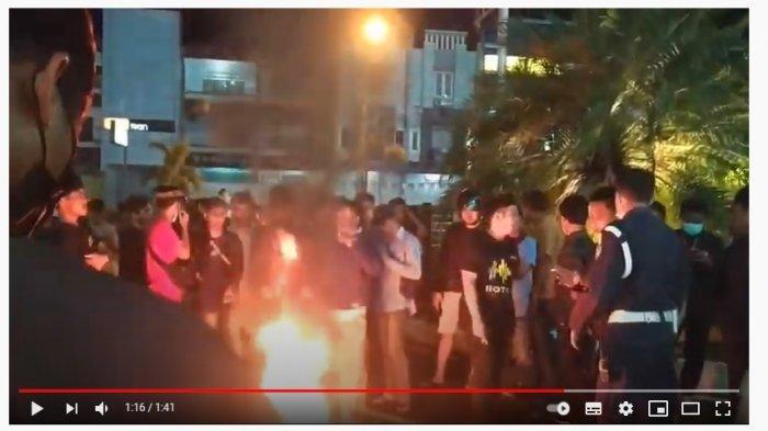 Mahasiswa demo di Lippo Plaza Kendari, Rabu (5/5/2021) malam. Mereka menuntut mal ini ditutup selama larangan mudik.