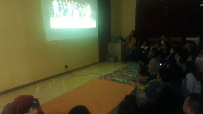 Malam Perpisahan di Fakultas Teologi UKIT, Makan Bersama di Daun Pisang
