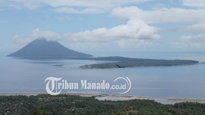 Pemandangan Pulau Bunaken dan Pulau Manado Tua dari atas Gunung Tumpa. Tempat ini salah satu yang banyak dikunjungi turis lokal dan luar negeri.