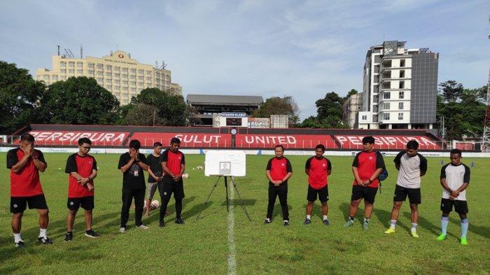 Manajemen, pelatih dan pemain Sulut United FC memberi penghormatan bagi Asisten Pelatih, Leo Soputan sebelum latihan rutin di Stadion Klabat Manado, Senin (19/04/2021) sore.