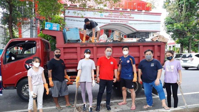 Manajemen Sulut United dan Suporter Ikut Gerakan Bersihkan Sampah di Kota Manado