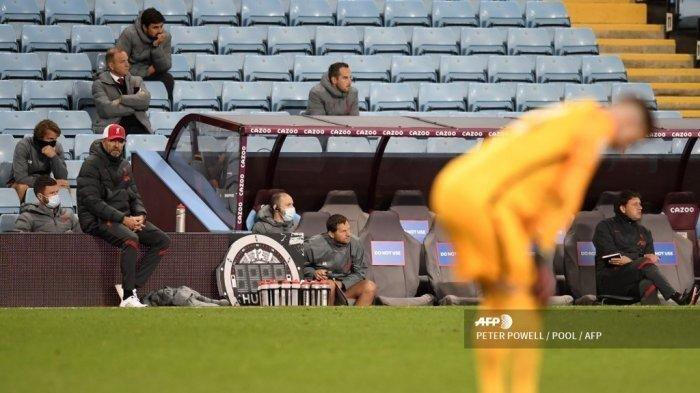 Manajer Liverpool Jerman Jurgen Klopp (kedua dari kiri) melihat reaksi kiper Spanyol Liverpool Adrian (kanan) selama pertandingan sepak bola Liga Utama Inggris antara Aston Villa dan Liverpool di Villa Park di Birmingham, Inggris tengah pada 4 Oktober 2020. Aston Villa memenangkan pertandingan 7-2.