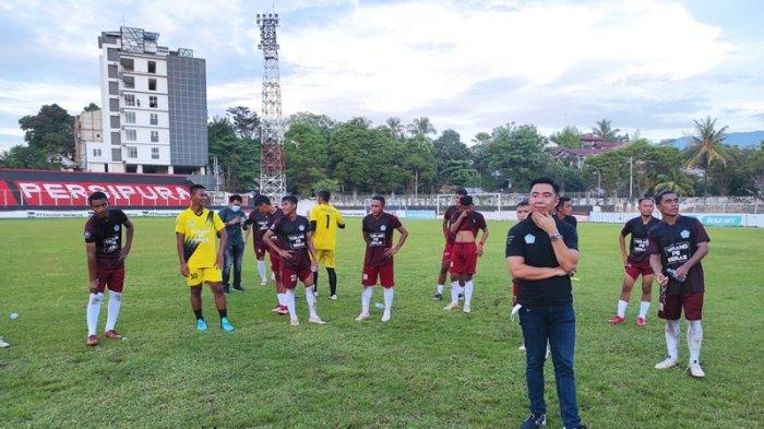 Manajer Tim Sepakbola PON Sulut, Michael Thungari bersama tim sepakbola di Stadion Klabat Manado belum lama ini.