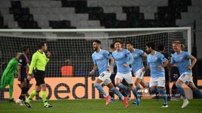 Gelandang Aljazair Manchester City Riyad Mahrez melakukan selebrasi setelah mencetak gol pada pertandingan leg pertama semifinal Liga Champions UEFA antara Paris Saint-Germain (PSG) dan Manchester City di stadion Parc des Princes di Paris pada 28 April 2021.