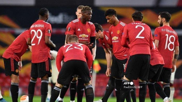 Gelandang Manchester United Prancis Paul Pogba (tengah) berbicara dengan rekan setimnya menjelang semifinal Liga Eropa UEFA, pertandingan sepak bola leg pertama antara Manchester United dan Roma di stadion Old Trafford di Manchester, barat laut Inggris, pada 29 April 2021.