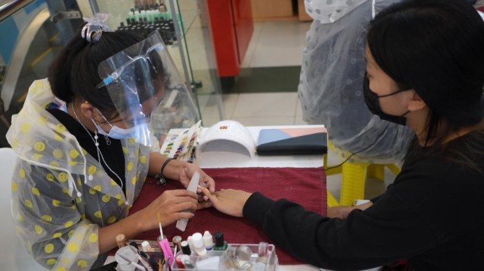 Manicure dan pedicure di salah satu tenant kecantikan di Megamall Manado, Sulawesi Utara, Jumat (9/7/2021).