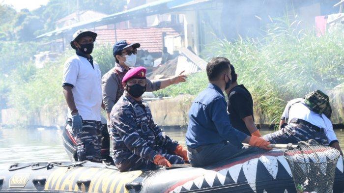 Prajurit TNI AL Turun ke Sungai, Bersihkan DAS Tondano dan Manado