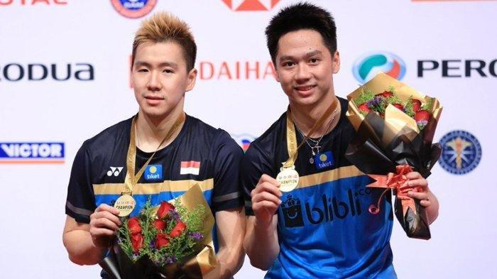 Pasangan ganda putra Indonesia, Marcus Fernaldi Gideon/Kevin Sanjaya Sukamuljo foto usai meraih juara Malaysia Masters 2019, Minggu (20/1/2019).