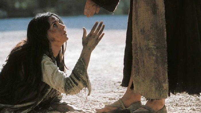 Ilustrasi pemeran Maria Magdalena saat mendapat pengampunan dari Yesus Kristus dalam film The Passion of The Christ.