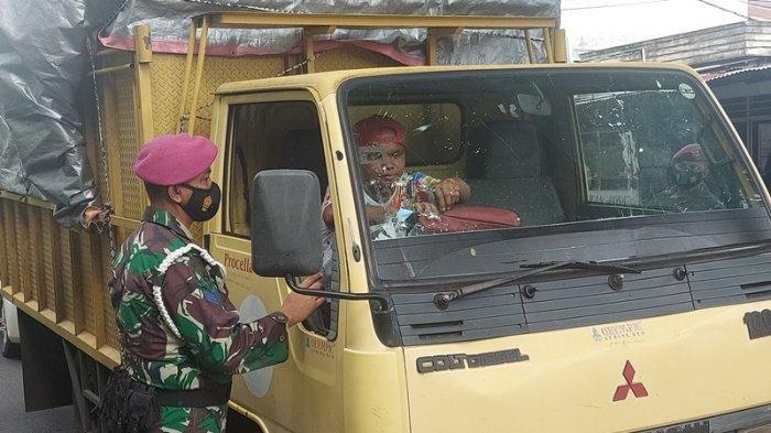 Puluhan personel Yonmarhanlan VIII Bitung turun ke beberapa titik di Kota Bitung di bawah pimpinan Letkol Marinir Anugerah Auliadi Santoso melakukan razia masker