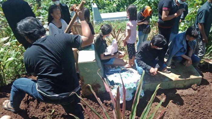 Marsela Sulu Dimakamkan di Samping Ibunya, Edi Menangis Tersedu-sedu Menatap Peti Jenazah