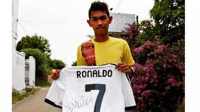 Martunis saat memegang Jersey dari Ronaldo dan sempat diupload Ronaldo dalam instagram pribadinya pada 2014 silam. Jersey ini lah yang akan dilelang Martunis.