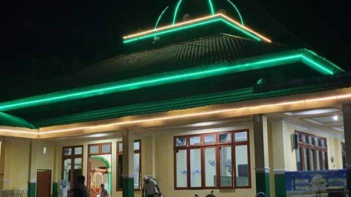 Masjid dipasang lampu-lampu hias di berbagai sudut bangunan untuk memberikan nuansa eksotis serta kenyamanan bagi jamaah yang melaksanakan Ibadah di bulan puasa.