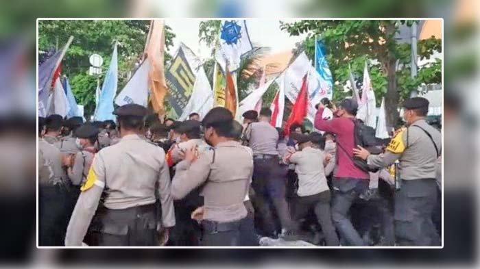 Polisi dan Massa Aksi Saling Dorong, Demo Gerakan Selamatkan KPK oleh BEM SI