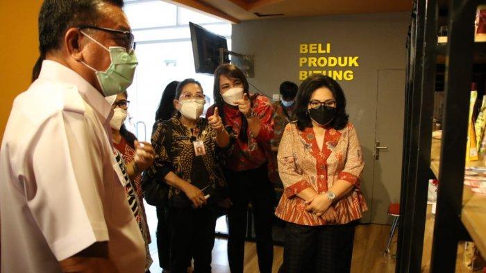 Maurit Mantiri mengajak Rita Dondokambey Tamuntuan dan Kartika Kandouw Tanos melihat keberadaan UMKM dan Tourism Corner yang ada di lobi kantor Walikota Bitung, Kamis (9/9/2021).