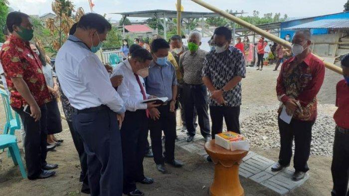 Maurits Mantiri MM Wakil wali kota Bitung didampingi para Gembala melakukan peletakan batu pertama GPDI Mahanaim, Kamis (25/2/2021).