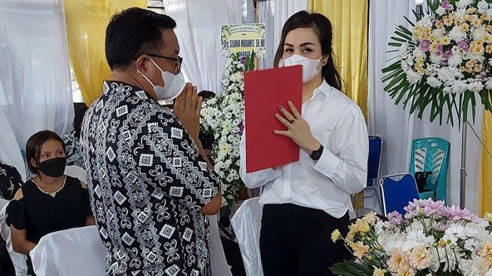 Maurits Mantiri Wali kota Bitung saat diabadikan membawakan sambutan di ibadah pemakaman meninggalnya mertua dari mantan Kapolres Bitung Kombes Pol Stefanus Tamuntuan