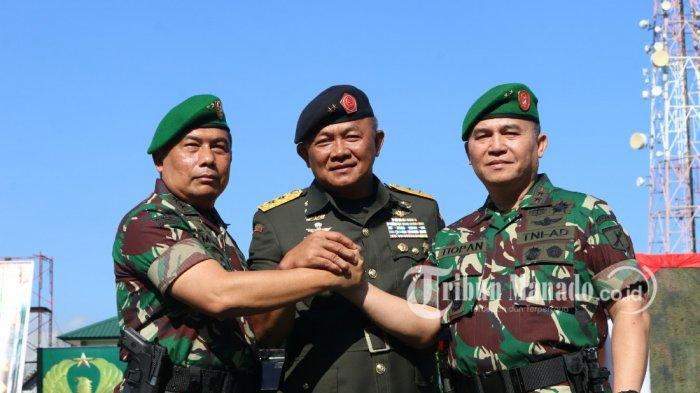 Mayjen Ganip Warsito, Mayjen Madsuni, dan Mayjen Tiopan Aritonang melakukan salam komando di Kodam XIII Merdeka, Sulawesi Utara, Jumat (27/07/2018).
