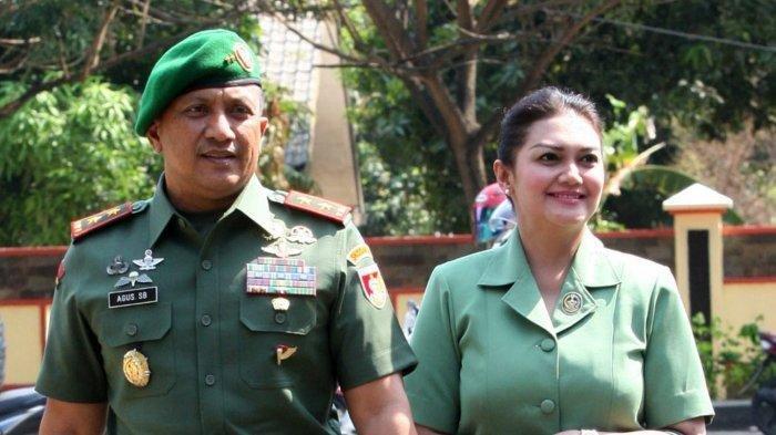 Mayor Jenderal (Mayjen) TNI Agus Surya Bakti bersama istrinya, Bella Saphira. Dikaitkan dengan Kasus Istri TNI Nyinyir soal Wiranto, Istri Jenderal TNI Bintang 3 Ini Jadi Sorotan.