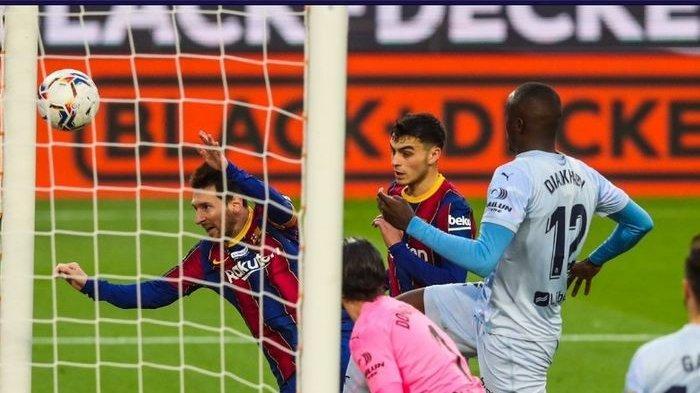 Megabintang Barcelona, Lionel Messi, mencetak gol ke gawang Valencia dalam laga pekan ke-14 Liga Spanyol 2020-2021 di Stadion Camp Nou, Sabtu (19/12/2020) pukul 22.15 WIB.