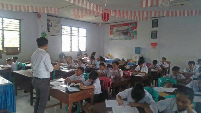 Suka Duka Guru Honorer, Devis Mampu Selesaikan Studi S2 dari Penghasilan Sebagai Honorer