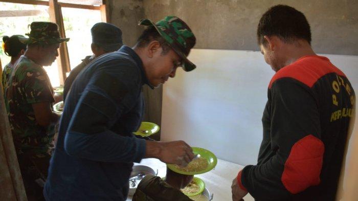Satgas TMMD Makan dan Minum di Lokasi Pembangunan Kantor Bersama Tiga Pilar Desa