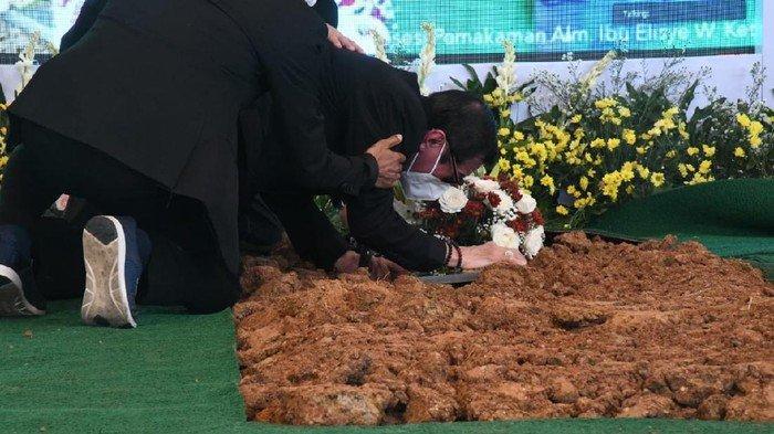 MOMEN PILU Yasonna Laoly Menangis saat Pemakaman Sang Istri, Bersimpuh dan Genggam Tanah Makam