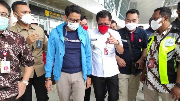 Menteri Pariwisata dan Ekonomi Kreatif, Sandiaga Uno mengenakan outfit kasual saat kunjungan kerja ke Manado, Jumat (05/03/2021).