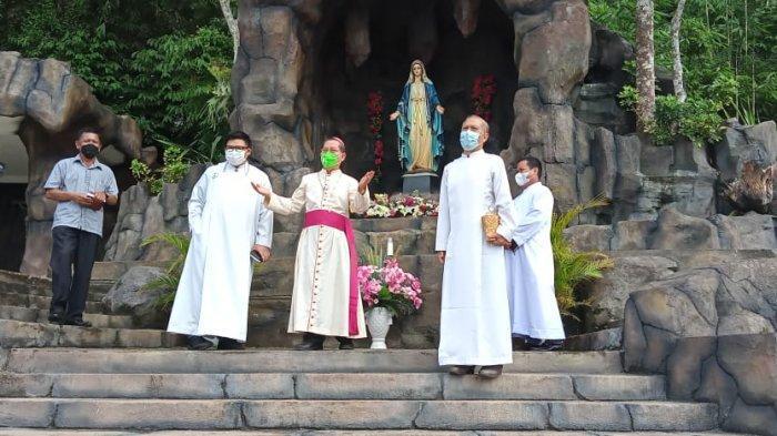 Uskup Manado Berkati Arca dan Gua Maria Gereja Katolik Trinitas Paslaten Tomohon