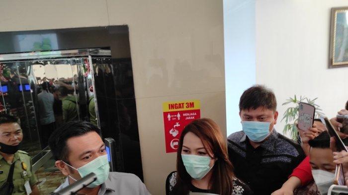Michaela Elsiana Paruntu dan suami James Arthur Kojongian usai memenuhi panggilan BK DPRD Sulut, Rabu (03/02/2021).