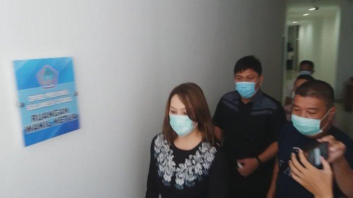 Michaela Elsiana Paruntu (MEP) memenuhi panggilan BK DPRD Sulut, Rabu (03/01/2021). (Tribun Manado / Fernando Lumowa)