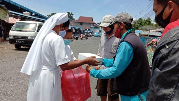 Suster Biarawati DSY Bagikan Nasi Kotak di Pasar Karombasan, Warnai Pembukaan Sinode Para Uskup