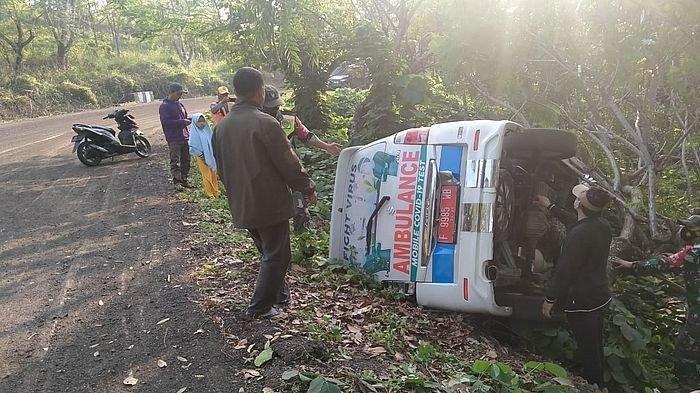 Kecelakaan Tadi Subuh Pukul 04.30 WIB, Mobil Ambulans Puskesmas Terguling, Sopir Mengantuk di Jalan