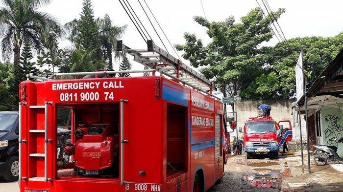 18 Mobil Damkar ke Lokasi Kebakaran, 1 Unit Masuk Got, Seorang Petugas Terpeleset, Ada Toko Terbakar