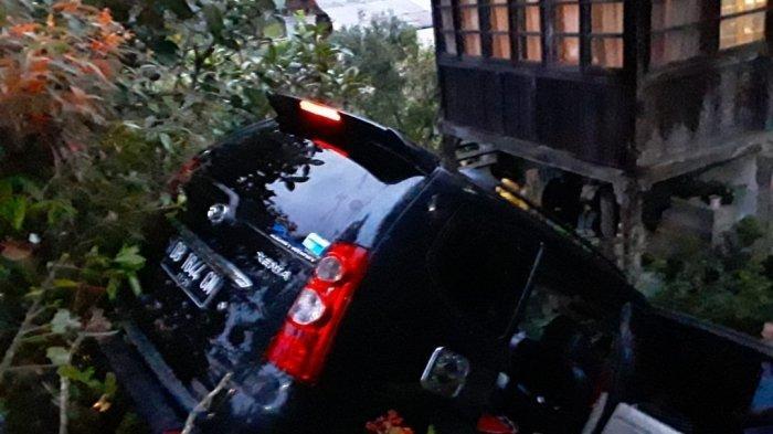 Mobil Jenis Xenia bernomor Polisi DB 1644 GM terjun ke halaman rumah warga, Kamis (22/7/2021).