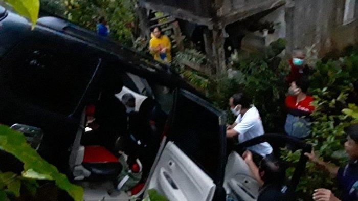 BREAKING NEWS, Kecelakaan di Tumatantang Tomohon, Mobil Terjun ke Halaman Rumah Warga