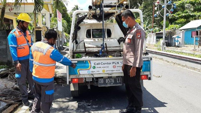 Kesal Karena Sering Terjadi Pemadaman Aliran Listrik, Mobil Operasional PLN Dirusak Warga