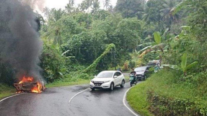 Mobil Terbakar di Ruas Jalan Raya Tomohon Manado, Pemilik Kendaraan Langsung Menghilang