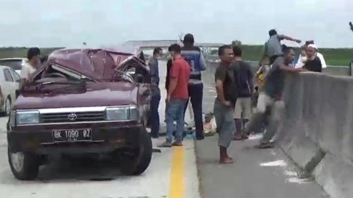 Kecelakaan Lalu Lintas, Mobil Toyota Kijang Pecah Ban hingga Terbalik, Korban 9 Orang Penumpang
