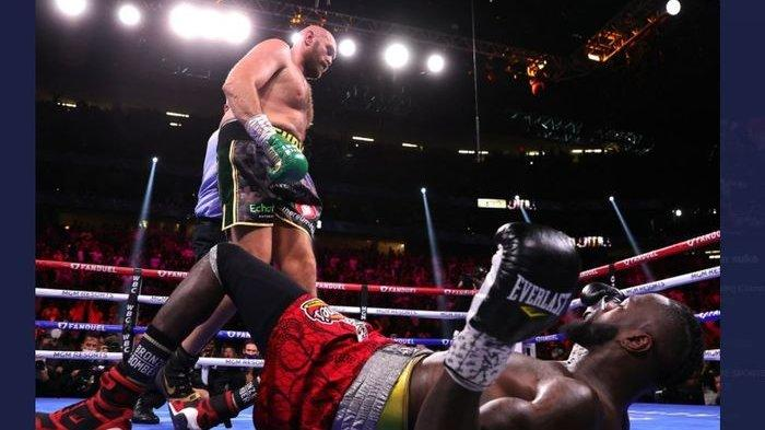 Tyson Fury Pukul KO Deontay Wilder dan Pertahankan Gelar, The Bronze BomberLangsung Dilarikan ke RS