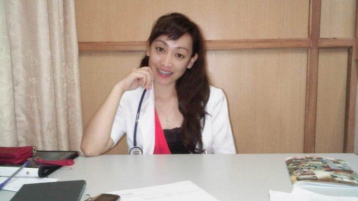 Cewek Manado: dr Monica Christina Mangoot, Kerja di dua Tempat, Sempatkan Waktu dengan Keluarga