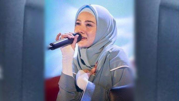 FOTO Candid Mulan Jameela Saat Rapat Jadi Sorontan, Istri Ahmad Dhani Itu Tulis 5 Kata di Caption