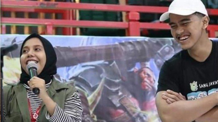 Nadya Arifta saat mejadi MC, di dekatnya ada Kaesang Pangarep