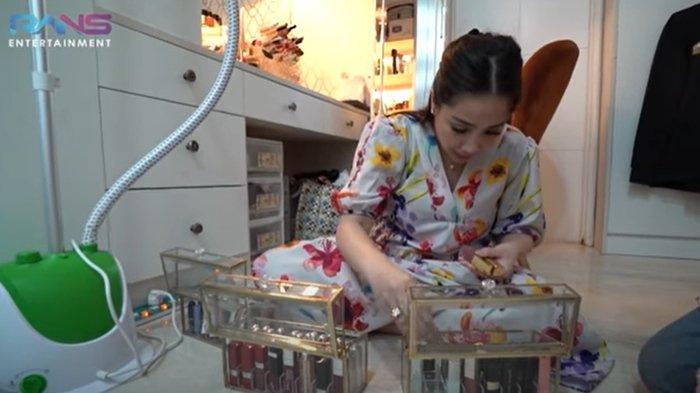 Nagita Slavina Bagi-bagi Alat Make Up yang Lama Tersimpan di Laci, Karyawan Syok Banyak Masih Baru