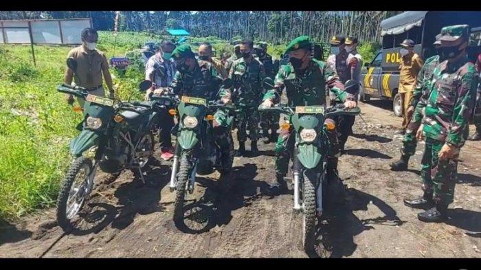 Pakai Motor Trail, Danrem 131 Santiago Prince Putong dan Wali kota Maurits Mantiri Sisir Jalan TMMD