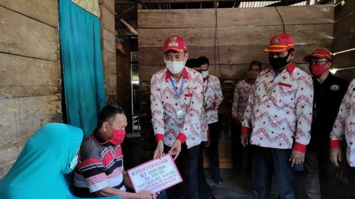 Bupati dan Wabup Bolsel Serahkan BLT Dandes ke 35 Kepala Keluarga di Dudepo Barat