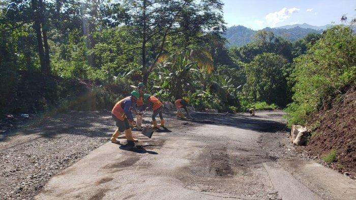 Dapat Keluhan Warga, PT PP Bendungan Proyek Lolak Bantu Bersihkan Material di Jalan Provinsi